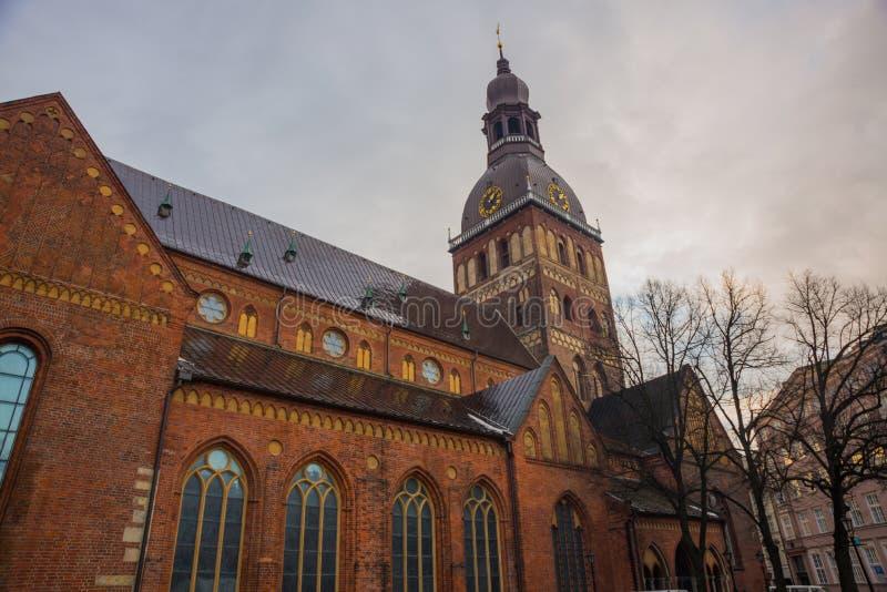 Cattedrale di Riga sul quadrato della cupola al centro storico nella vecchia città di Riga, Lettonia fotografia stock libera da diritti