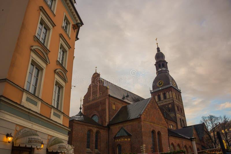 Cattedrale di Riga sul quadrato della cupola al centro storico nella vecchia città di Riga, Lettonia fotografie stock libere da diritti