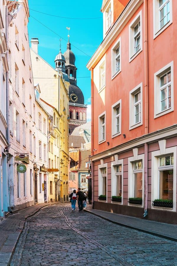 Cattedrale di Riga in via in vecchia città di Riga Baltico immagine stock