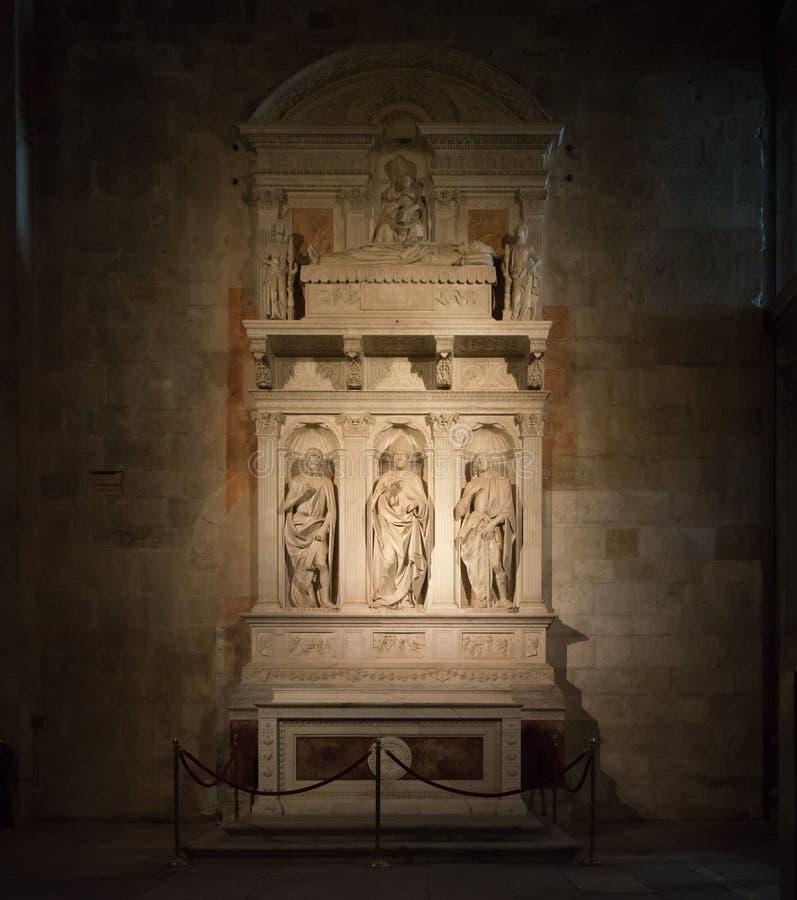 Cattedrale di San Martino - Marmorskulptur von Bischöfen lizenzfreies stockfoto