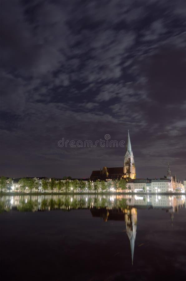 Cattedrale di Schwerin alla notte immagini stock