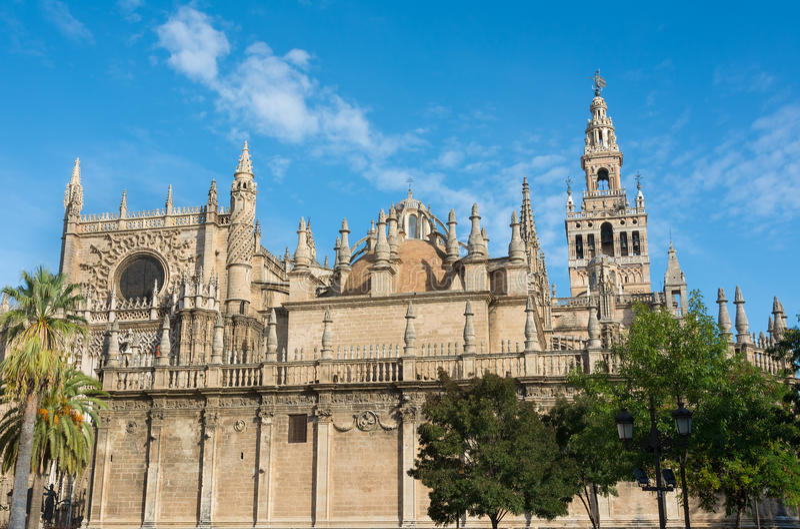 Cattedrale di Siviglia con la torre di Giralda in Spagna fotografia stock