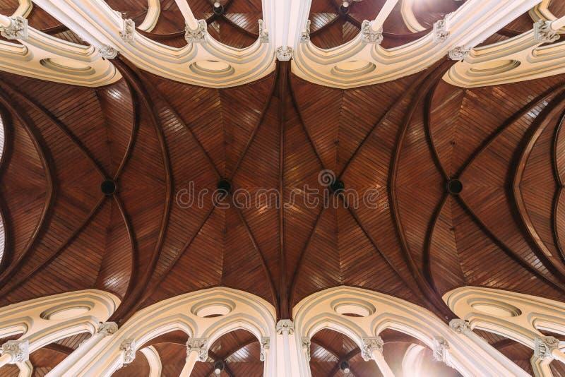 Cattedrale di St Mary del soffitto di legno dell'arco di presupposto con luce solare immagini stock libere da diritti