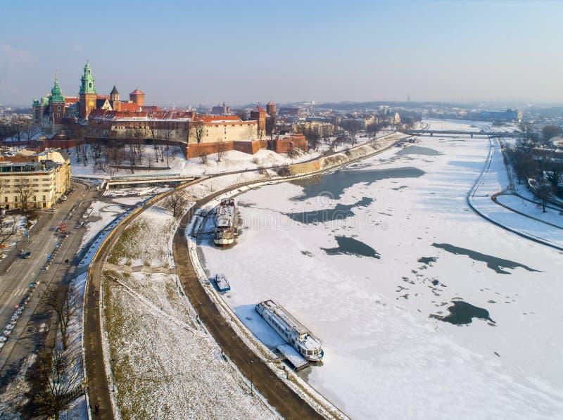 Cattedrale di Wawel, castello e la Vistola congelata nell'inverno Cracovia, Po immagine stock libera da diritti