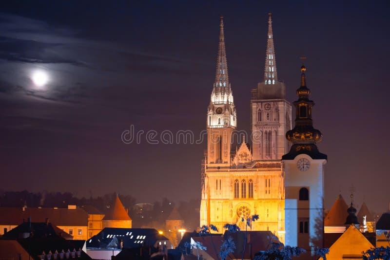Cattedrale di Zagabria e vista di sera di paesaggio urbano immagini stock