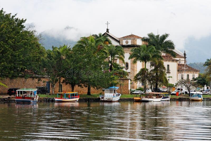 Cattedrale e barche in Paraty immagini stock