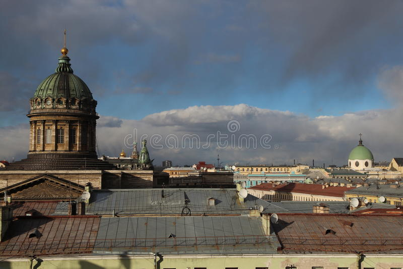 Cattedrale e cielo blu navali di Kronštadt fotografie stock libere da diritti