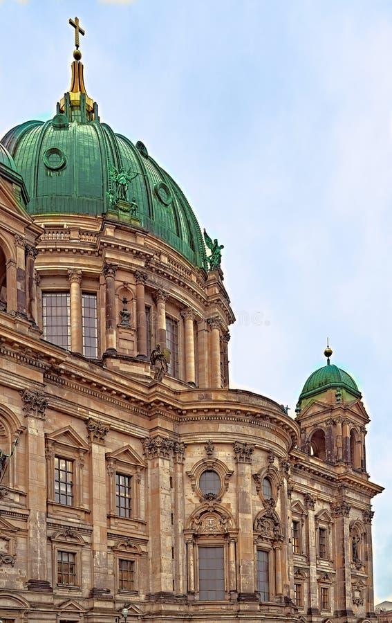 Cattedrale e costruzioni nella grande città di Berlino immagine stock