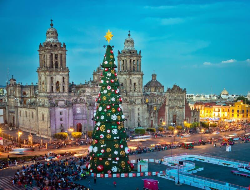 Cattedrale e decorazioni metropolitane dell'albero di Natale in Zocalo Messico City fotografia stock
