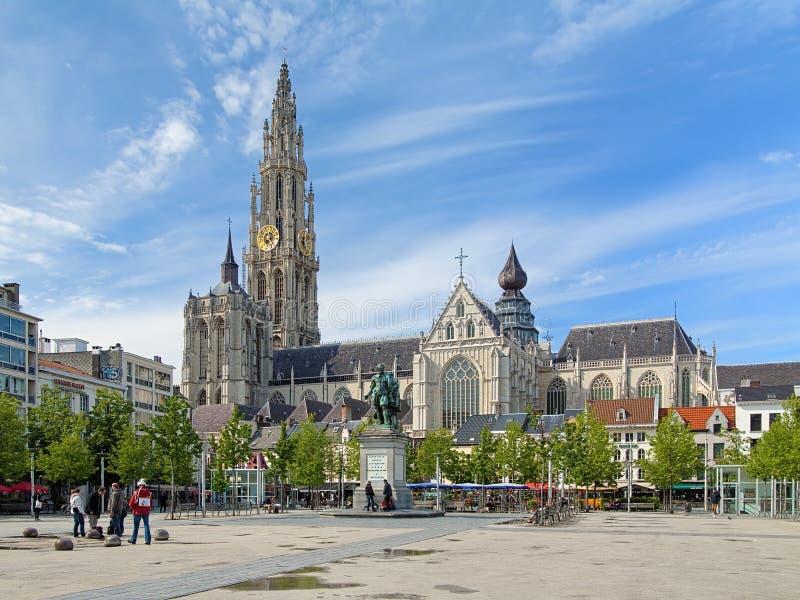 Cattedrale e statua di Peter Paul Rubens a Anversa fotografia stock