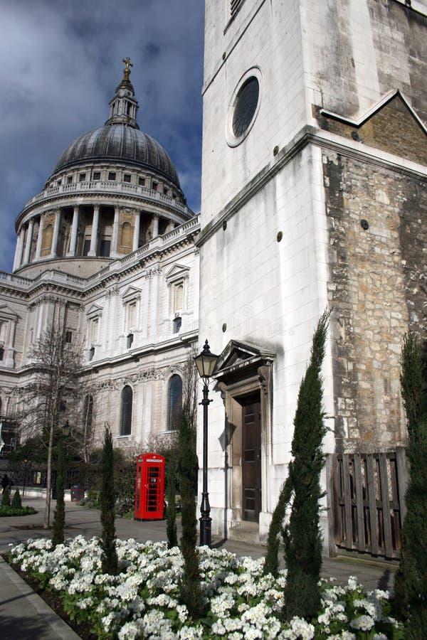 Cattedrale e telefono di Pauls del san fotografia stock