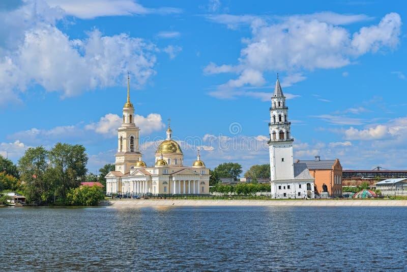 Cattedrale e torre pendente di trasfigurazione in Nevyansk, Russia immagini stock libere da diritti