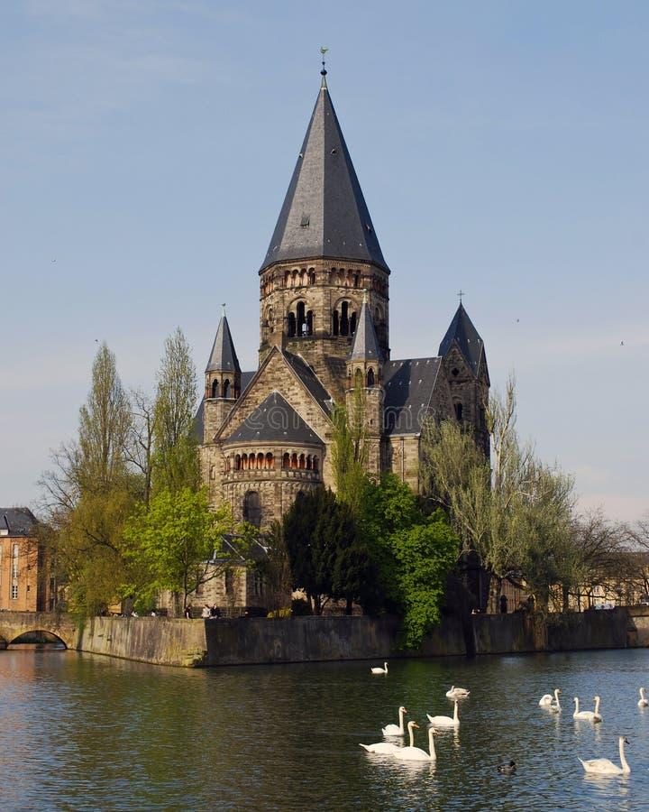 Cattedrale francese con i cigni fotografie stock
