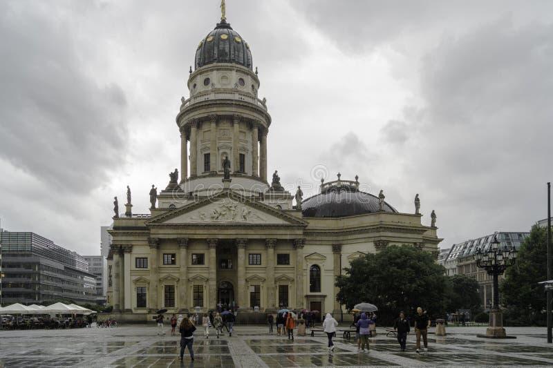 Cattedrale gemellata tedesca a Berlino un giorno piovoso, Germania immagine stock