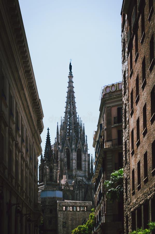 Cattedrale nel centro di Barcellona visto fra due costruzioni immagini stock libere da diritti