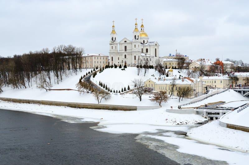 Cattedrale santa di Dormition sulla montagna di Uspenskaya sopra il fiume occidentale di Dvina, Vitebsk, Bielorussia immagini stock libere da diritti