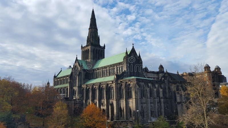 Cattedrale in Scozia e cielo appannato fotografie stock