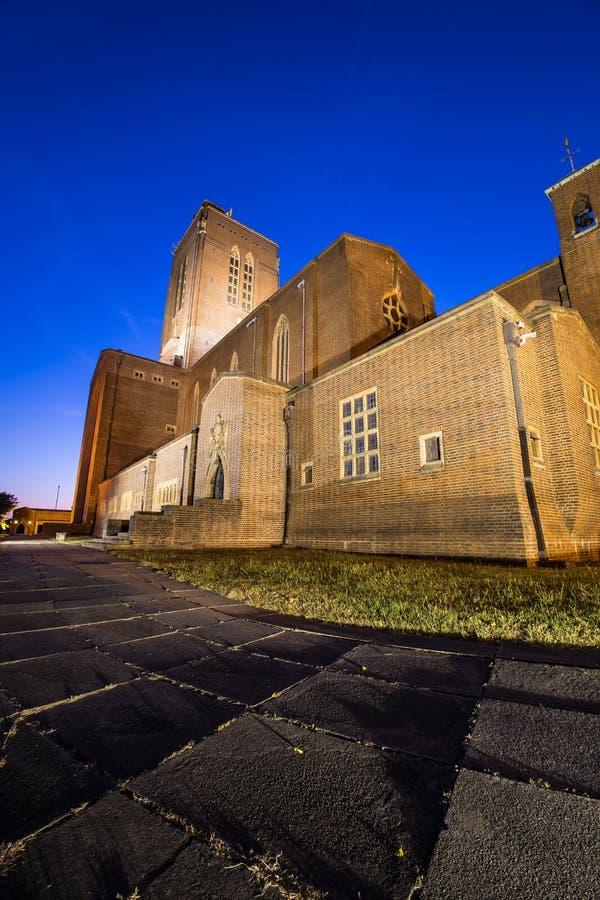 Cattedrale spettacolare di Guildford alla notte immagine stock libera da diritti
