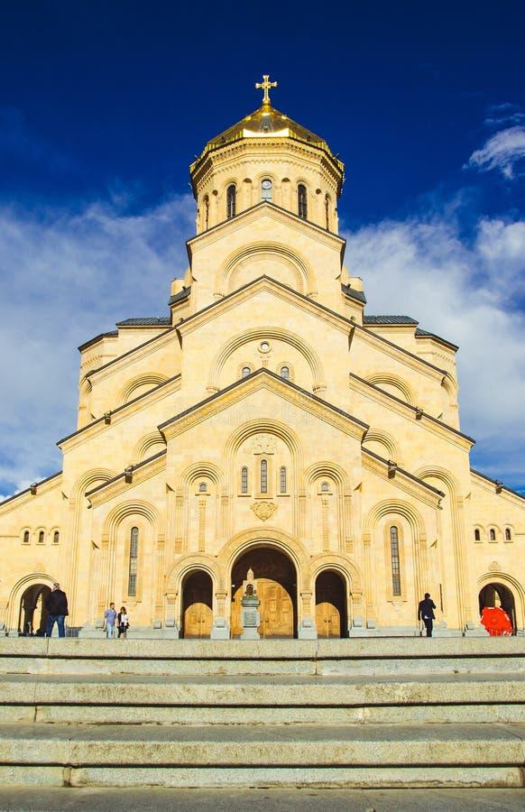 Cattedrale Tsminda Sameba della trinità santa a Tbilisi, Georgia Chiesa ortodossa georgiana Benvenuto alla Georgia Attrazione tur fotografia stock libera da diritti