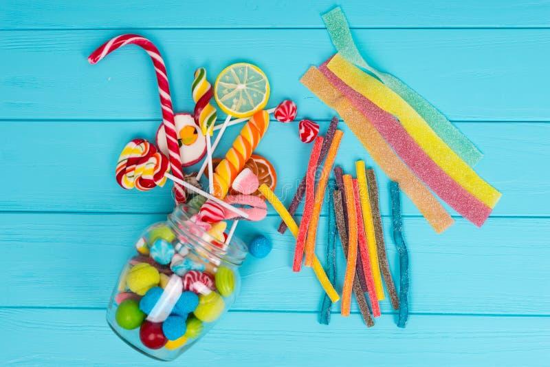 Cattered嚼和欧亚甘草甜点、棒棒糖和果冻candie 免版税库存图片