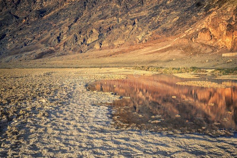 Cattiva riflessione dell'acqua nel parco nazionale di Death Valley immagine stock libera da diritti