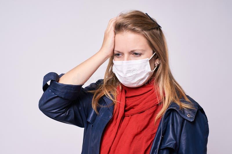 Cattiva sensibilità Protezione contro le malattie Ritratto con il fronte sorpreso ed impaurito immagine stock