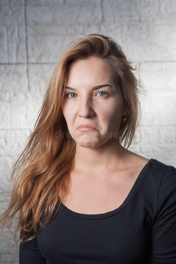 Cattiva sorpresa - donne dai capelli abbastanza bionde 20s fotografia stock libera da diritti