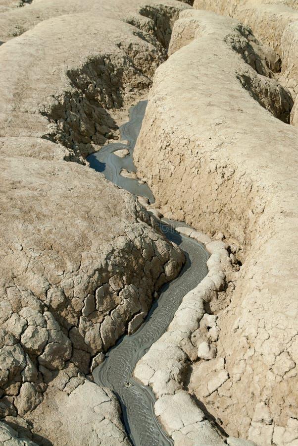 Cattiva terra secca del fiume con il concetto ambientale di disastro di siccità del terreno coltivabile delle crepe fotografia stock libera da diritti