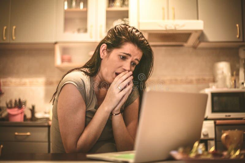 Cattive notizie online Giovane donna di affari fotografia stock
