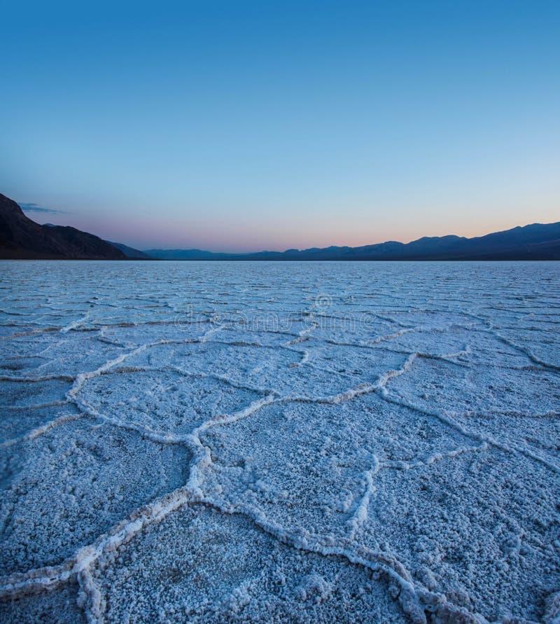 Cattivi appartamenti del sale dell'acqua nel parco nazionale di Death Valley al tramonto immagine stock libera da diritti