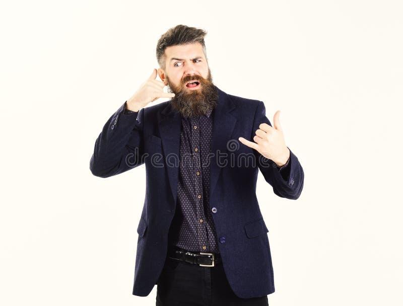Cattivi servizi telefonici Le manifestazioni barbute dell'uomo mi chiamano gesto Pantaloni a vita bassa con la barba lunga ed il  fotografie stock