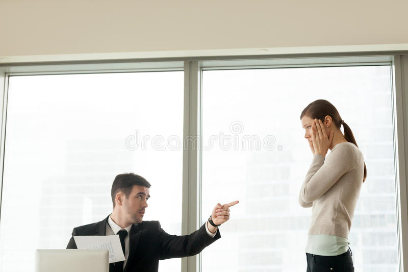 Cattivo infornamento del capo che allontana impiegato incompetente, ottenente f infornata fotografie stock libere da diritti