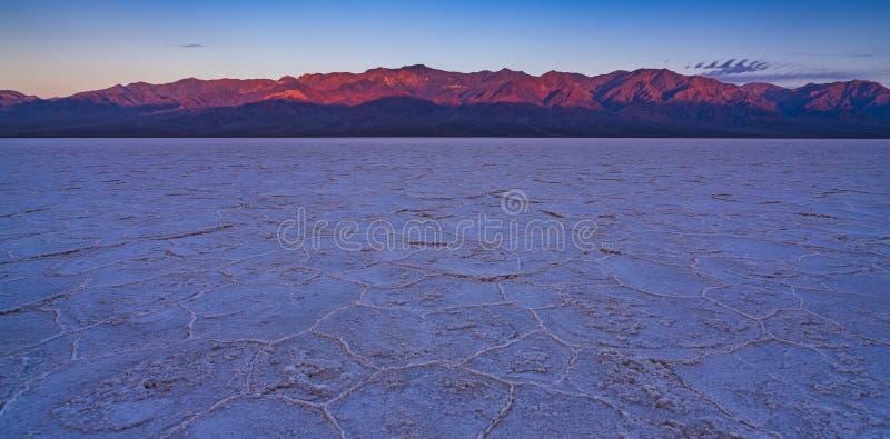 Cattivo paesaggio al tramonto, parco nazionale del bacino dell'acqua di Death Valley immagini stock