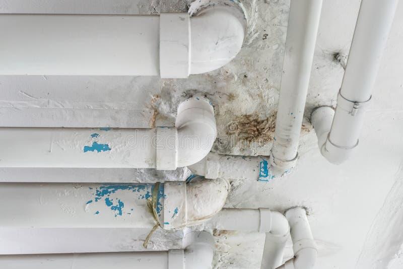 Cattivo problema del tubo del sistema a acqua con la perdita dell'acqua fotografia stock