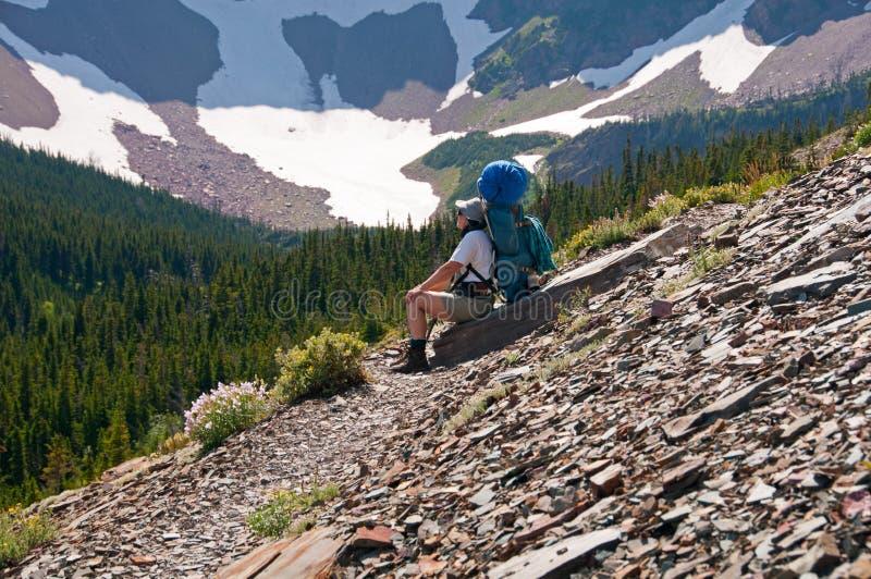Cattura della rottura su una traccia di montagna immagine stock
