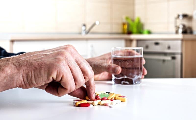cattura delle pillole dell'uomo fotografie stock libere da diritti