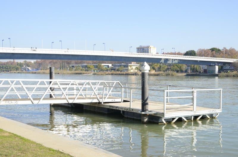 Catwalk över floden arkivfoton
