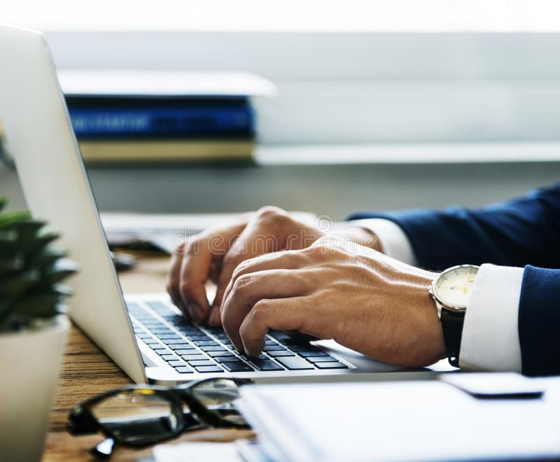 Caucasian affärsman i kontorsforsen arkivfoton