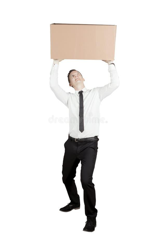 Caucasian affärsman som lyfter en tung ask på studio arkivbilder