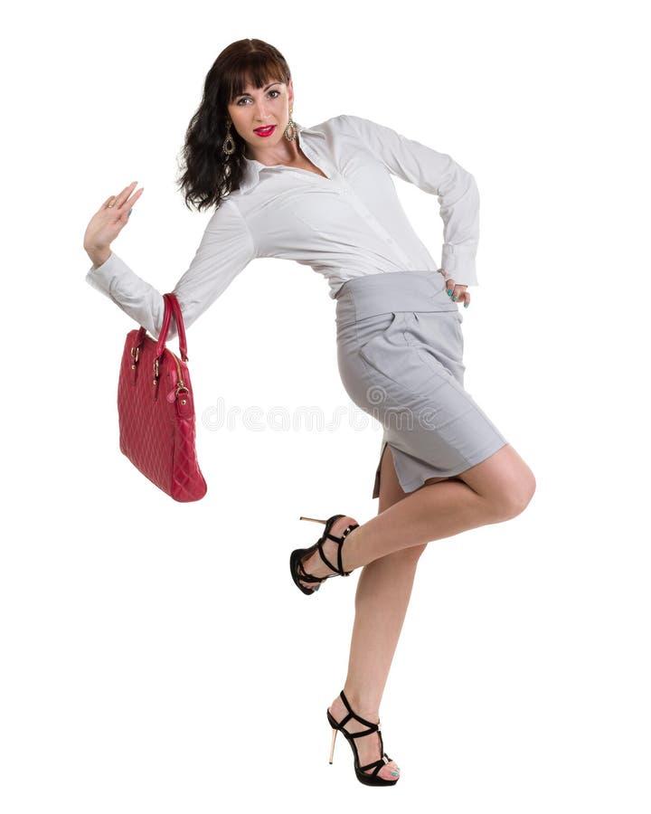 Caucasian anseende för affärskvinna och hållande handväska, full längdstående som isoleras på vit royaltyfri bild