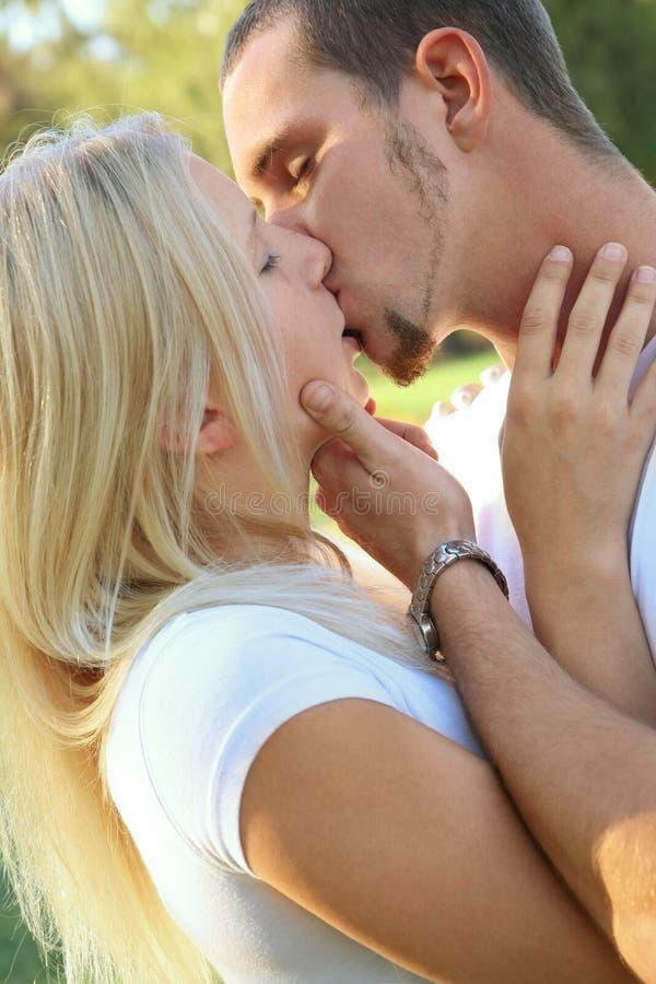 caucasian barn för kyssvänpark royaltyfria bilder