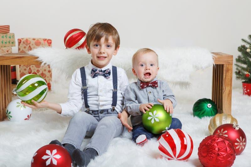 Caucasian barnbröder som firar jul eller nytt år royaltyfria bilder