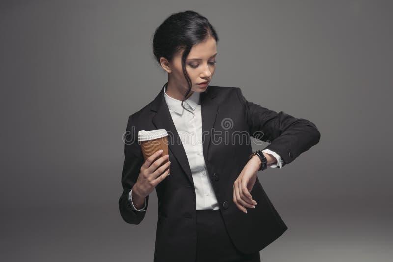 caucasian bizneswoman patrzeje zegarek podczas gdy mieć kawową przerwę fotografia royalty free