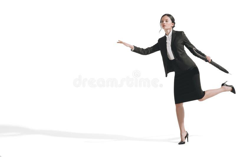 caucasian bizneswoman w czarnym kostiumu mienia i bieg parasolu obraz stock