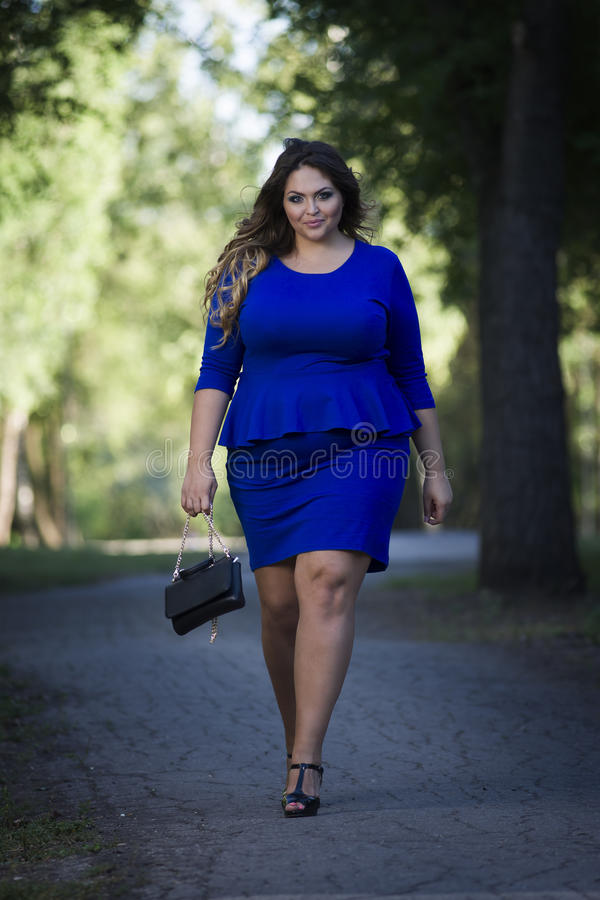 Caucasian bonito novo mais o modelo de forma do tamanho no vestido azul fora, mulher do xxl na natureza imagem de stock royalty free