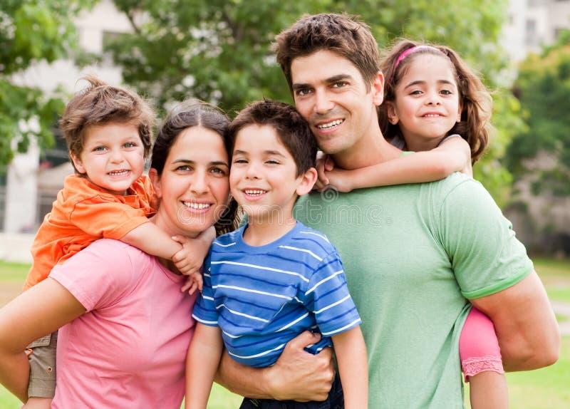 caucasian deras barnföräldrar på ryggen royaltyfri bild