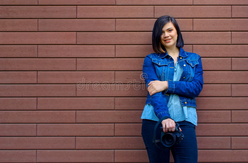 caucasian dziewczyna z cyfrową kamerą w rękach zdjęcie stock