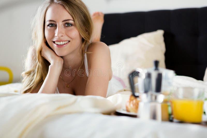 caucasian för frukost för asiatiskt bakgrundsunderlag stort som har isolerat den toothy vita kvinnan för leende kvinnlig säng för royaltyfri bild