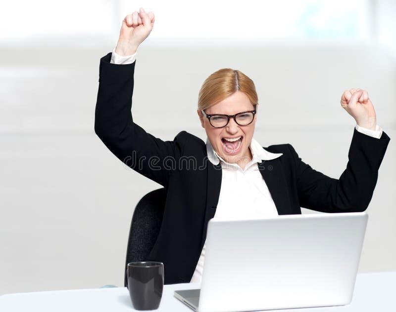 caucasian företags tyckande om framgångskvinna arkivfoton
