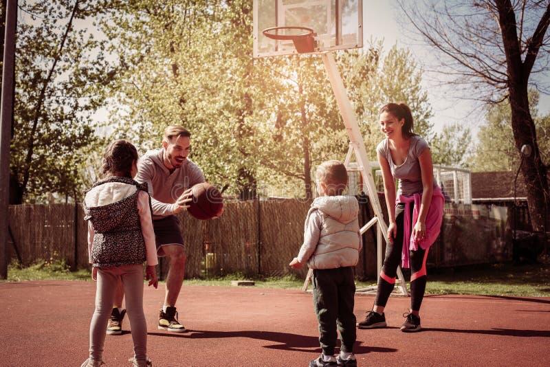 Caucasian familj som spelar basket tillsammans royaltyfri foto